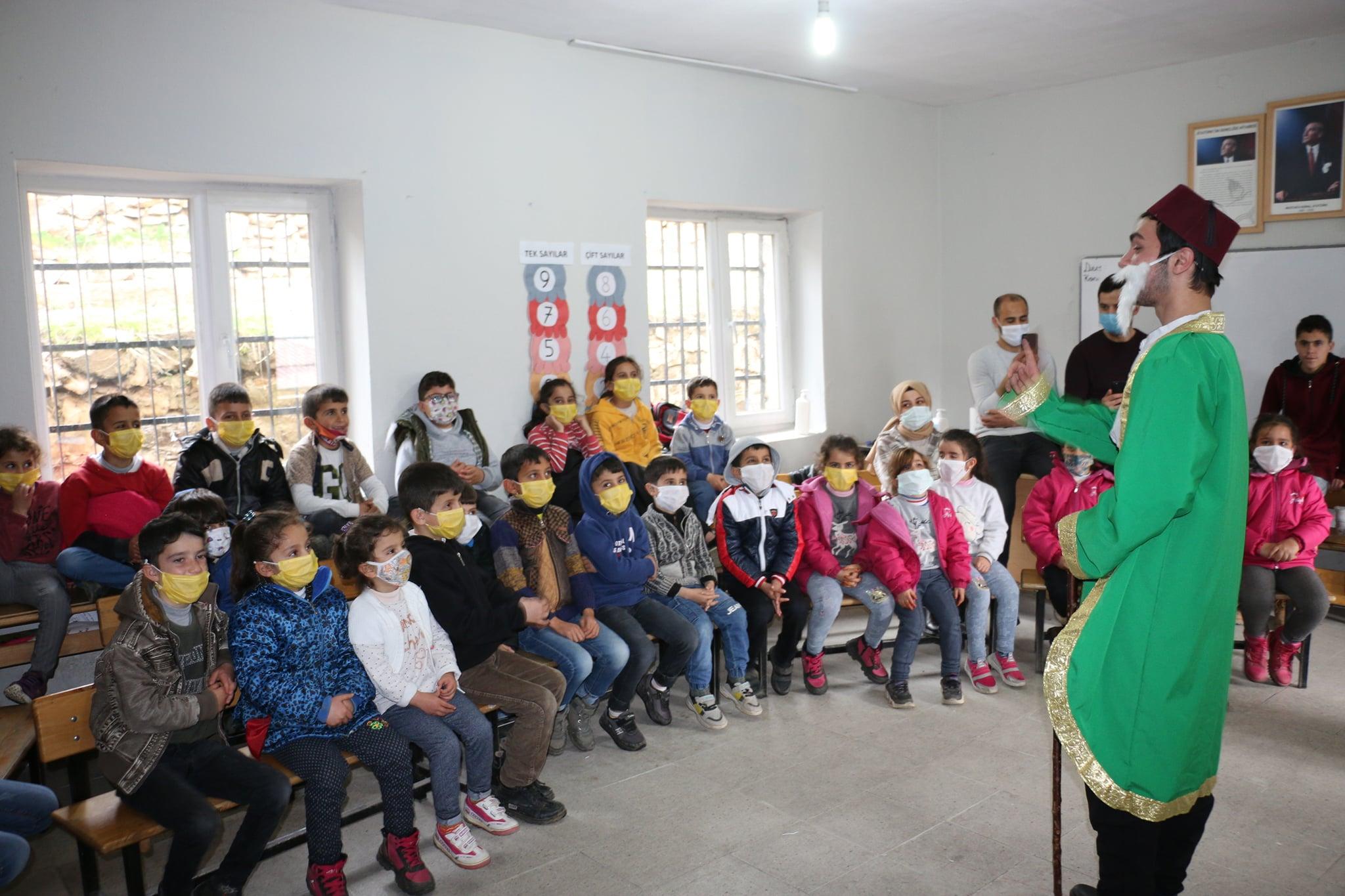 Bitlis Belediyesi'nden Köy Çocuklarına Tiyatro Ziyafeti