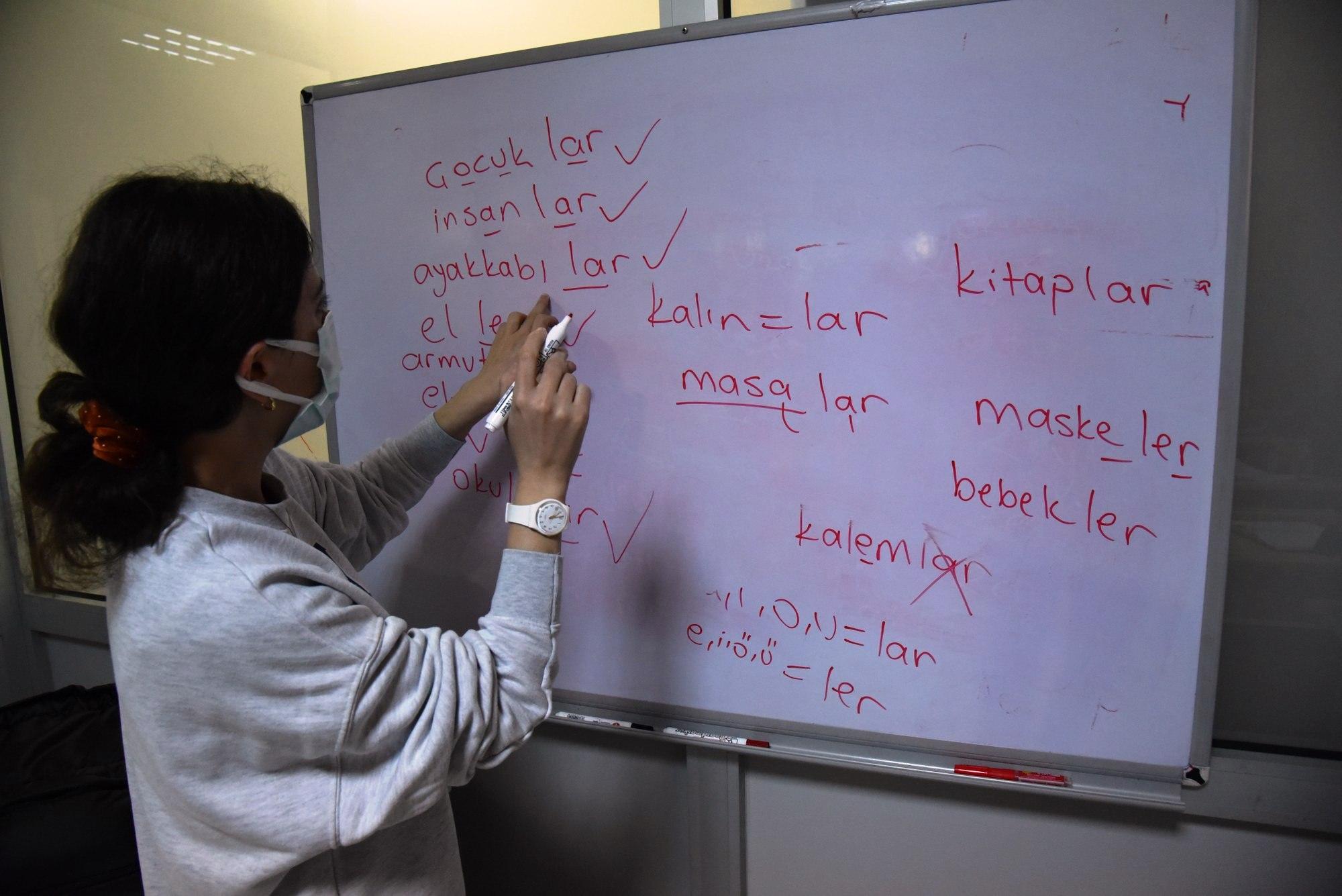 Mülteciler Yunusemre İle Türkçe Öğreniyorlar