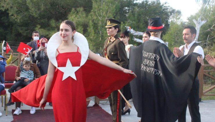 Adana Karataş'ta Cumhuriyet Dönemi Kadın Kıyafetleri Defilesi