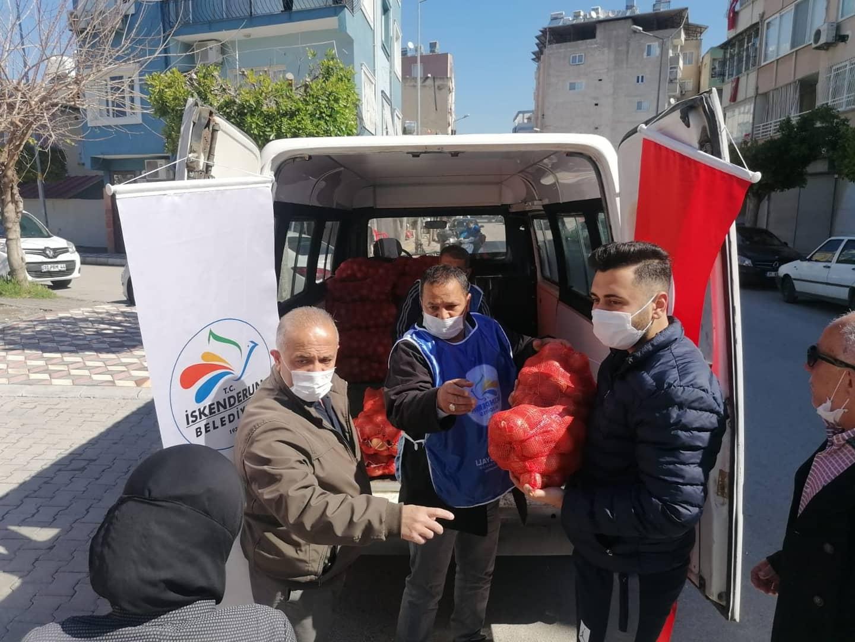 İskenderun Belediyesi Üreticiden Alıp Muhtaçlara Dağıtıyor