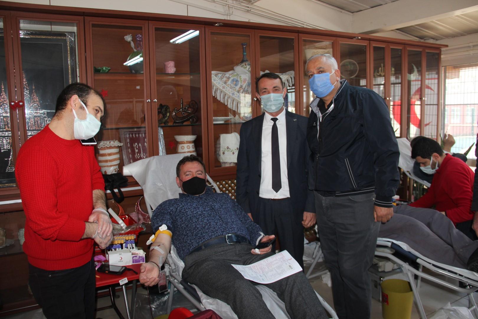 Ferizli'de Başkan ve Meclis Üyeleri Kan Bağışında Bulundu