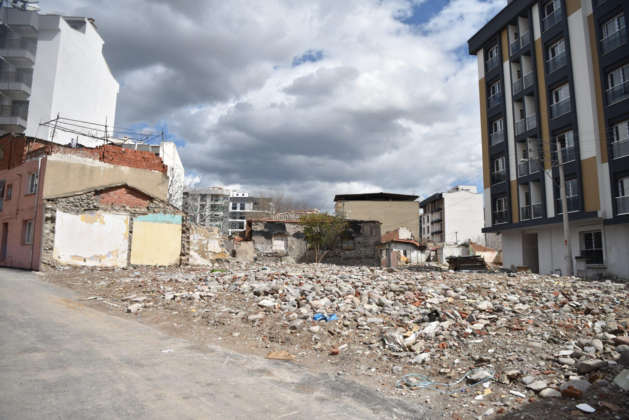 Bornova'da Metruk Binaların Yerine Yeşil Alan Çalışmaları Sürüyor