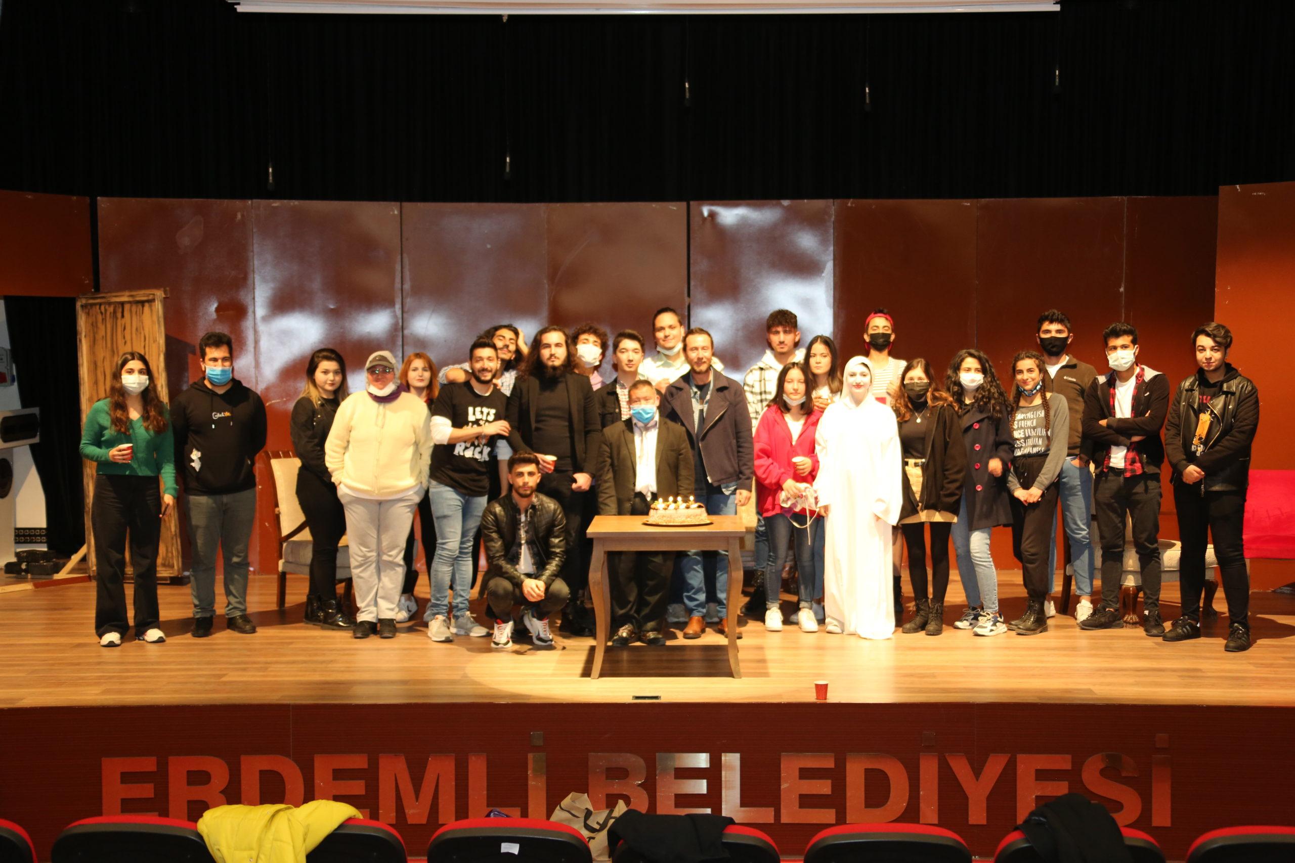 Erdemli'de Dünya Tiyatrolar Günü: Gönüllerin Başkanı Down Sendromlu Mehmet Ali Şavk'a Özel Oyun