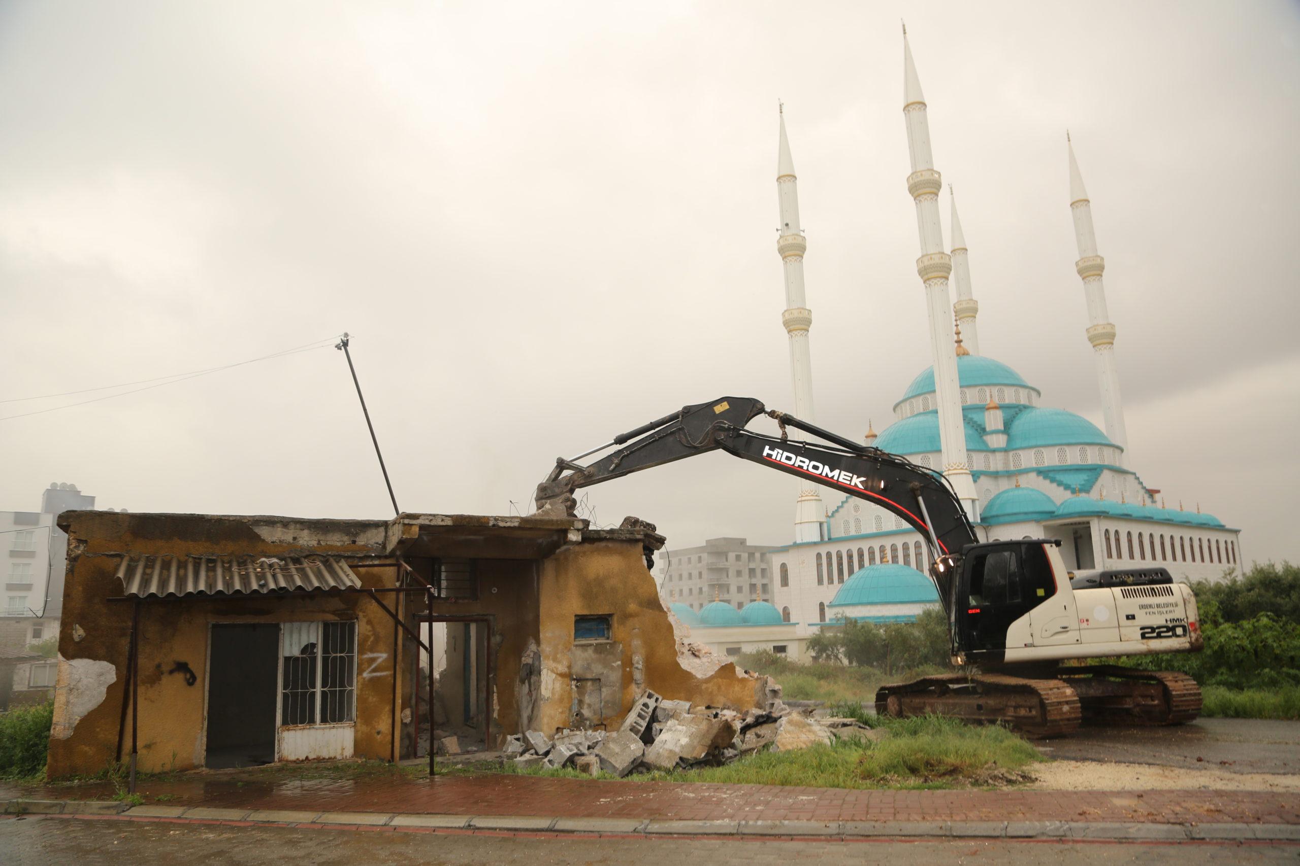 Erdemli 'de Halkın Güvenliğini Tehdit Eden Yapılar Yıkılıyor