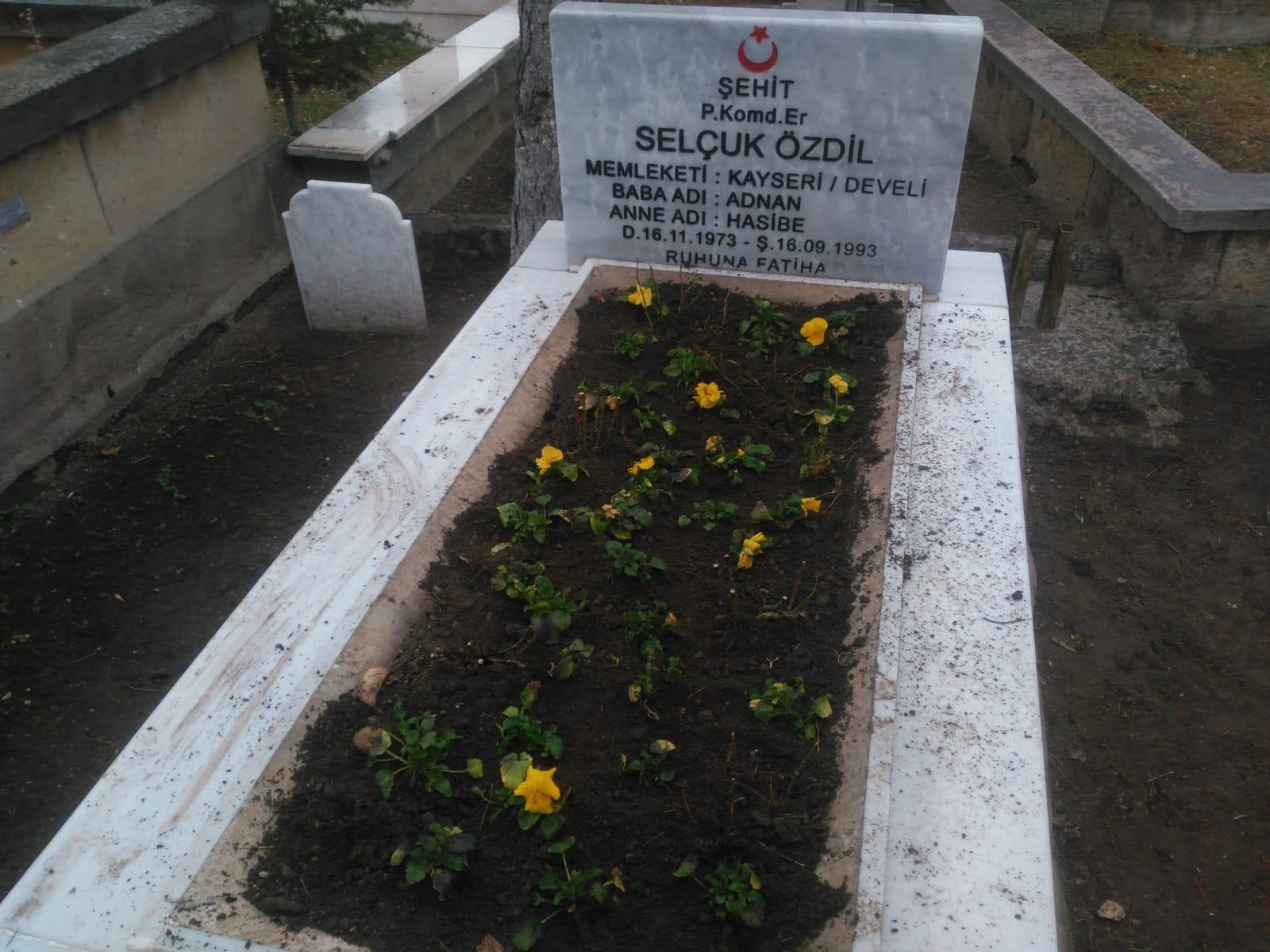 Develi Belediyesi Ekipleri, Şehit Mezarlarını Çiçeklerle Süsledi