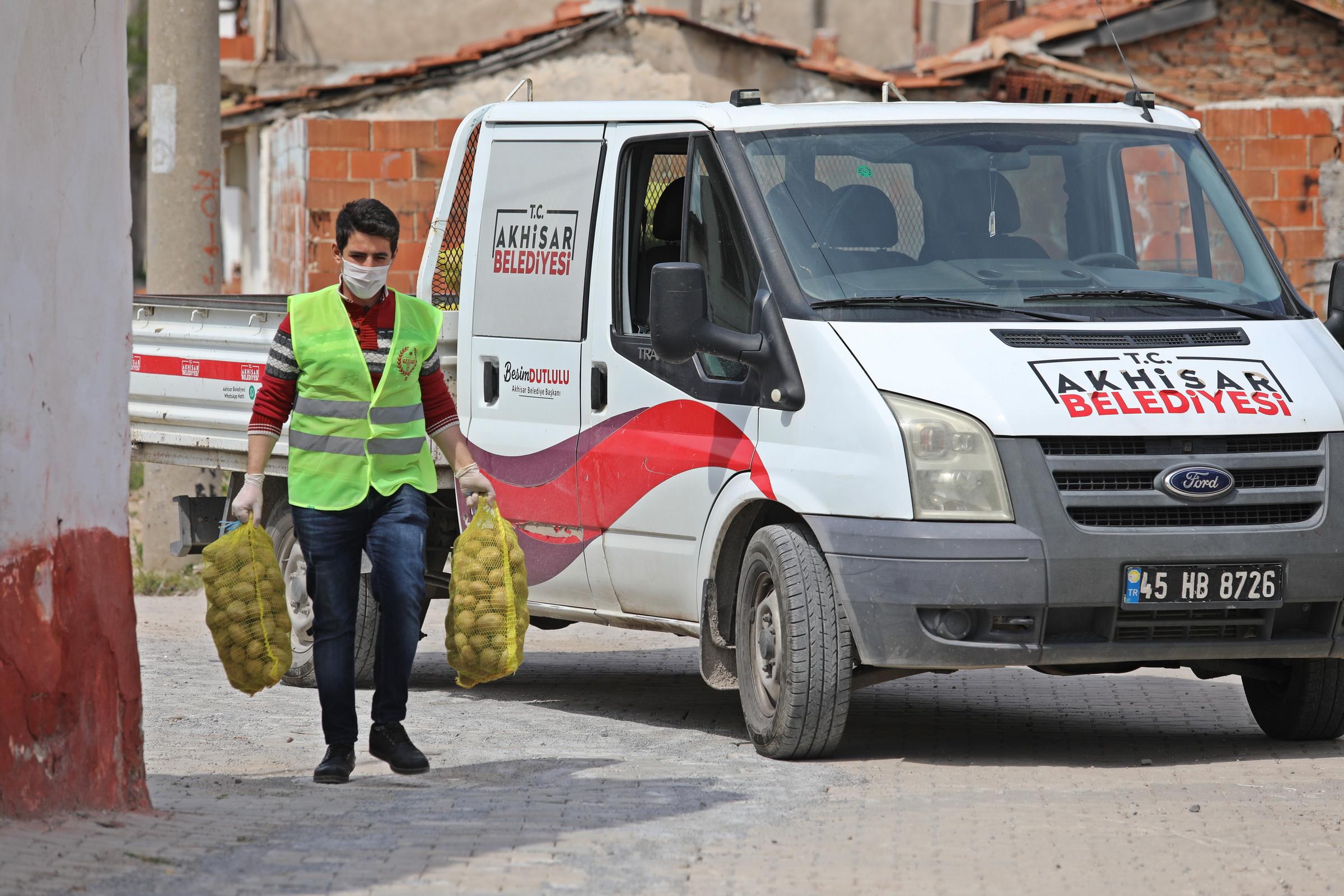 Akhisar'da İhtiyaç Sahiplerine Ücretsiz Patates Dağıtımı