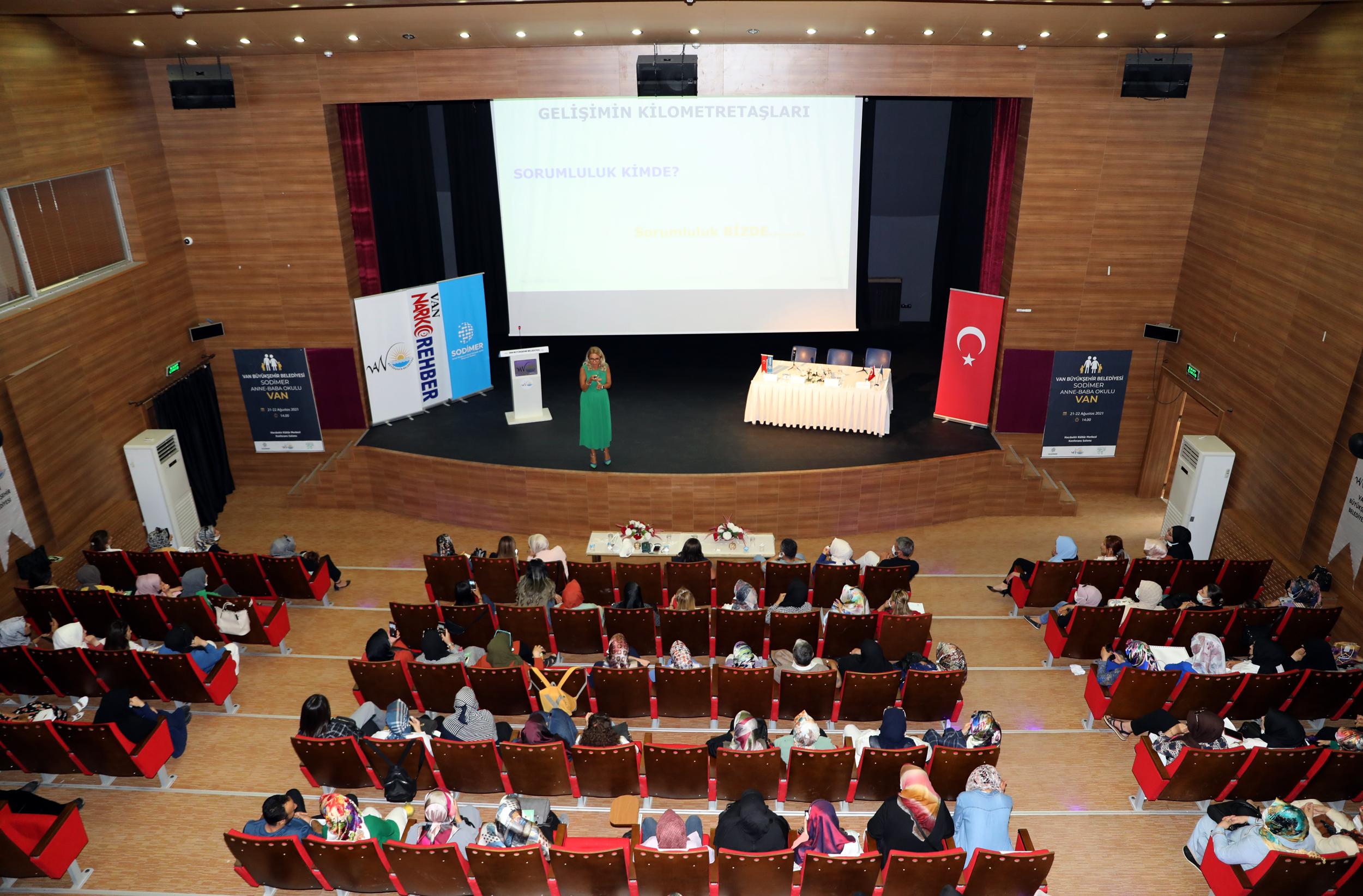 Van Büyükşehir'in 'Anne-Baba Okulu' Seminerine Yoğun İlgi