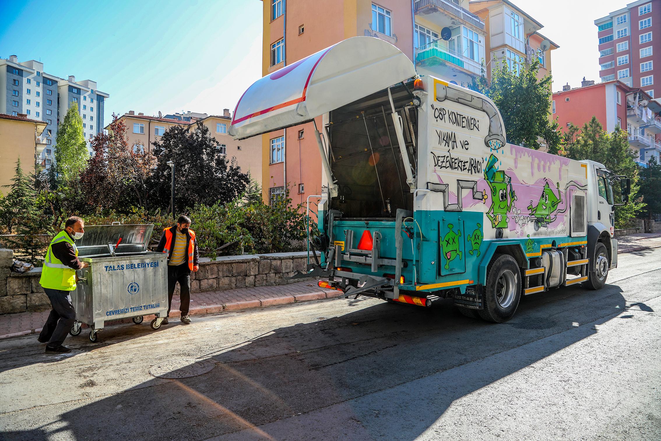 Talas Belediyesi'nde, Çöp Konteynerları Hem Yıkanıyor Hem Parfümleniyor