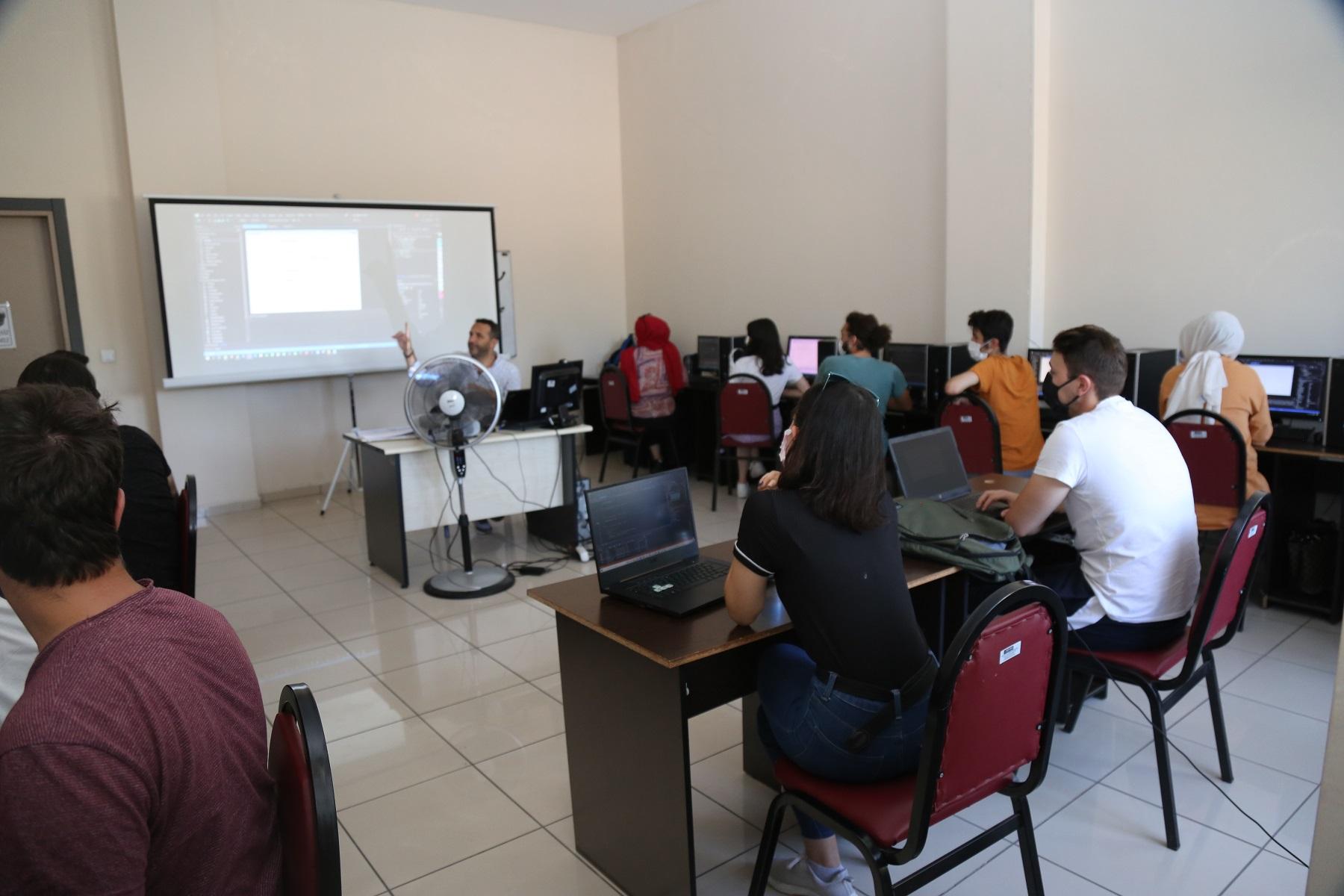 Kocaeli Büyükşehir'in USTAM Projesi Eğitimleri Devam Ediyor