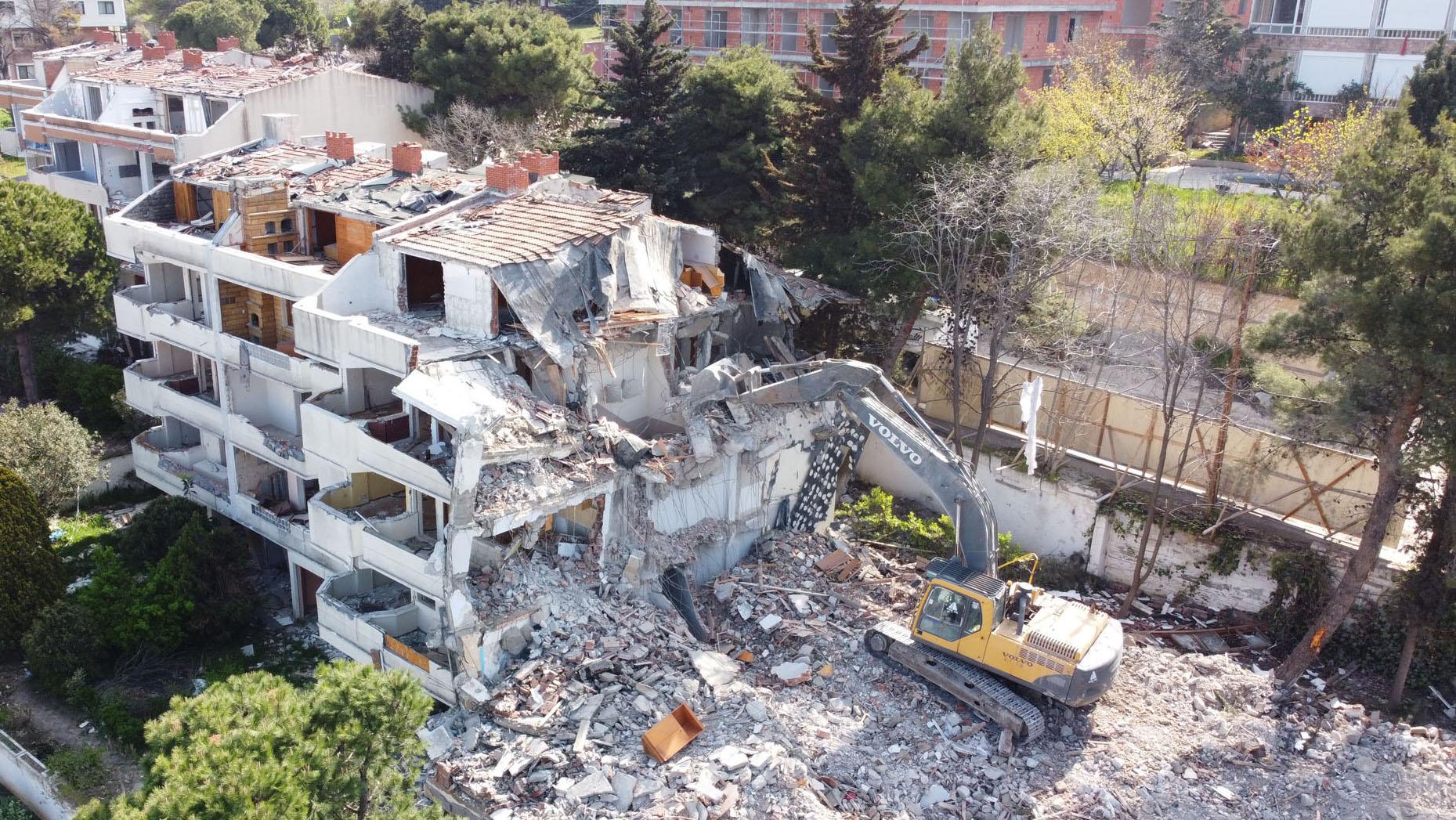 Büyükçekmece Belediyesi, Marmara Depremi'nin 22. Yılında 64 Hasarlı Konutu Yıktı