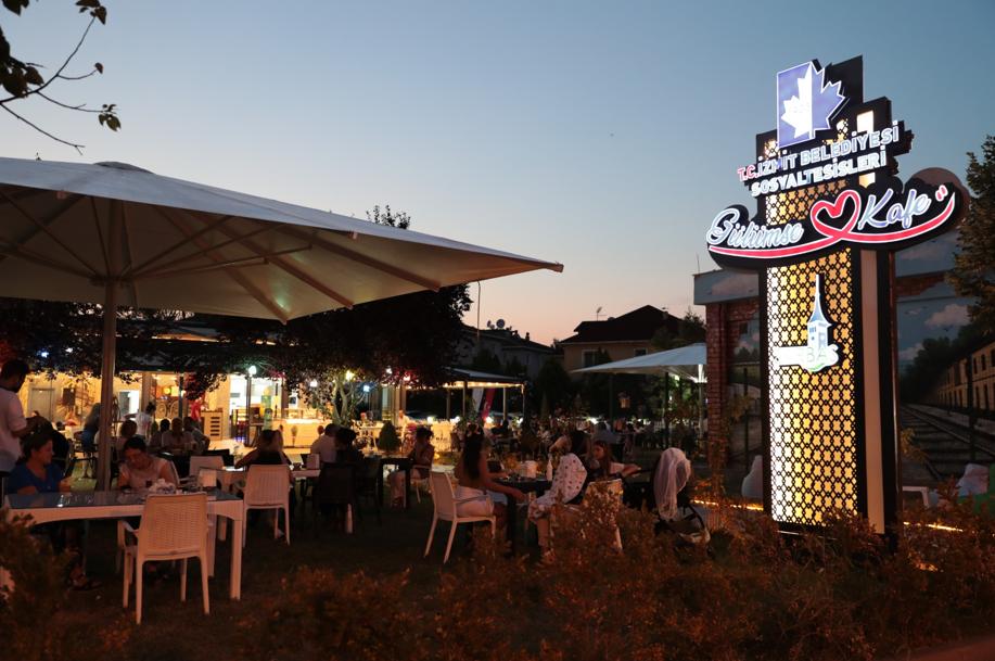 İzmit Belediyesi'nin İlk Sosyal Tesisi Gülümse Kafe'de Ücretsiz İnternet Hizmeti Başladı