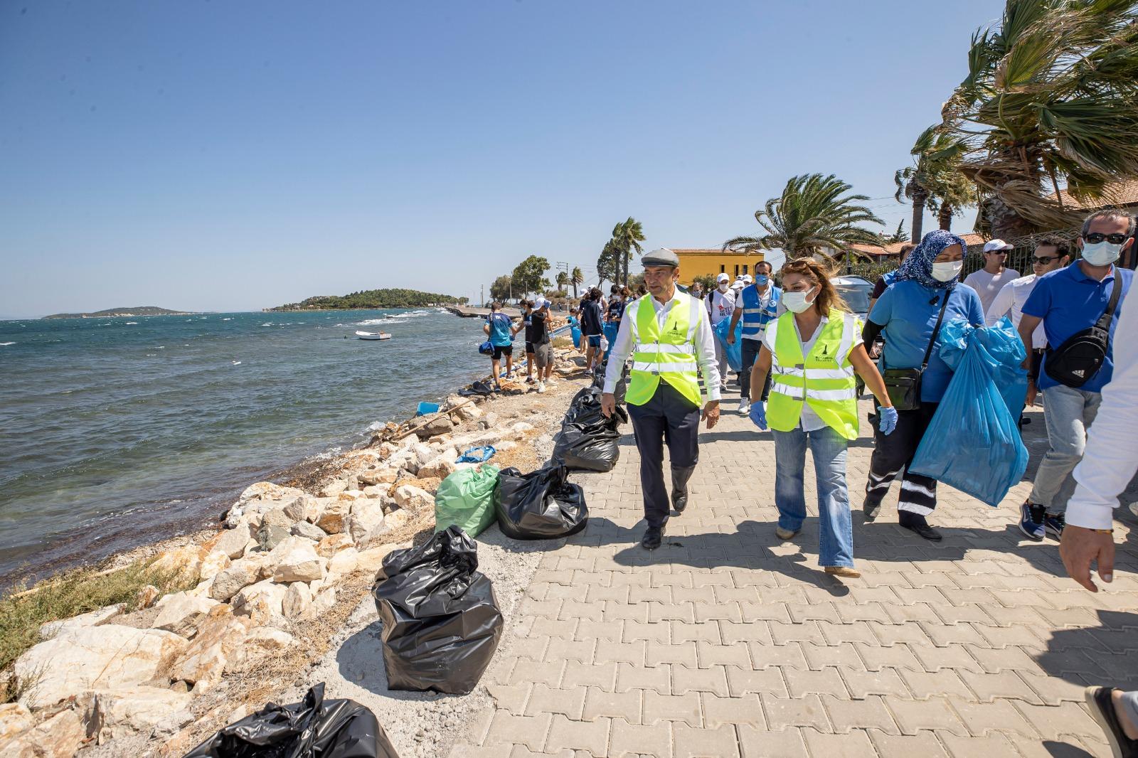 İzmir Büyükşehir Belediye Başkanı Soyer, Gönüllülerle Urla'nın Kıyı Şeridinde Atık Topladı
