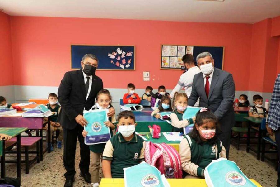 Dilovası Belediye Başkanı Şayir, Öğrencilere Kırtasiye Malzemesi Hediye Etti